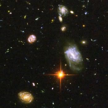 صوره مكبره لمجموعه من المجرات في الحقل
