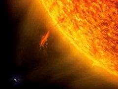 الكرة الأرضيه مقارنة مع الشمس